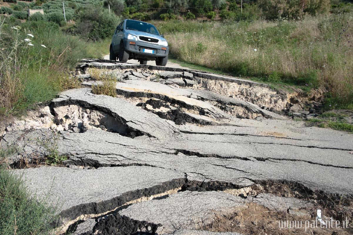 Terremoto, cosa fare se succede mentre sei alla guida di un autoveicolo